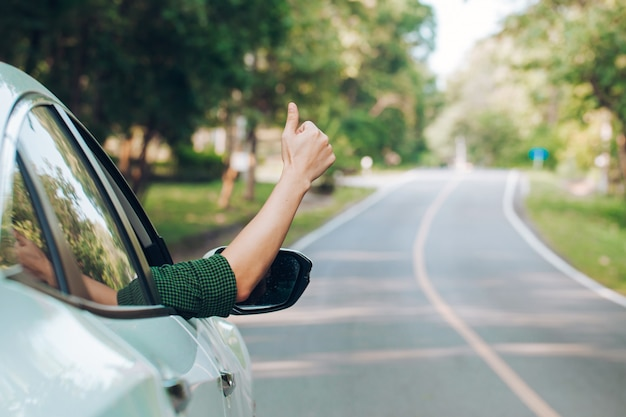 Mężczyzna autostopem. autostop turystyczny siedzi w samochodzie na drodze