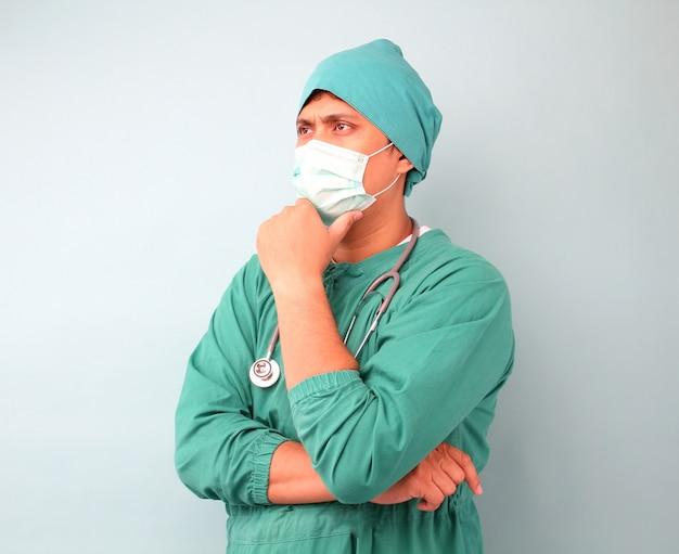 Mężczyzna azjatycki chirurg, chirurg pokazujący stetoskop noszenie maski chirurga.