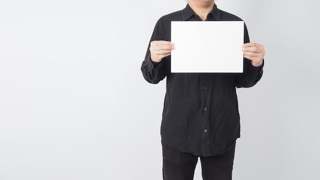 Mężczyzna azjatycki trzymać czysty papier i nosić czarną koszulę na białym tle.
