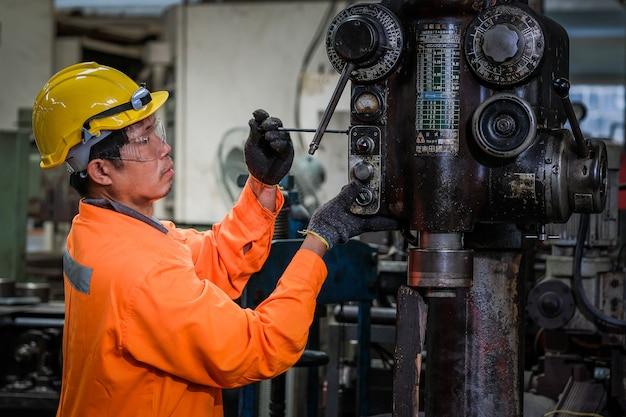 Mężczyzna azjatykci technik pracuje przy fabryką.