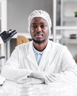Mężczyzna badacz w laboratorium biotechnologicznym