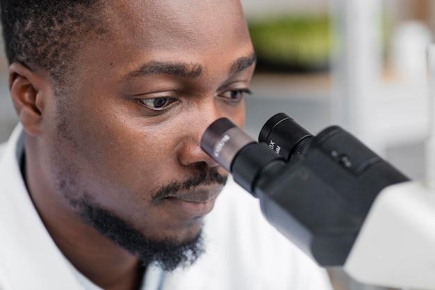 Mężczyzna badacz w laboratorium