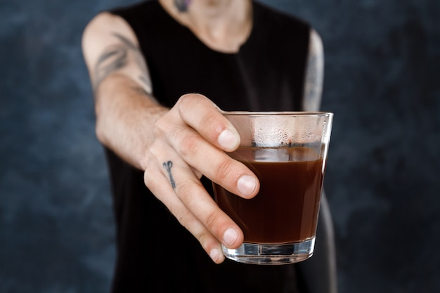 Mężczyzna barista rozciąganie szkła z kawą