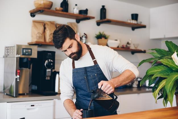Mężczyzna barista w kawiarni