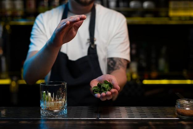 Mężczyzna barman robi pyszny koktajl