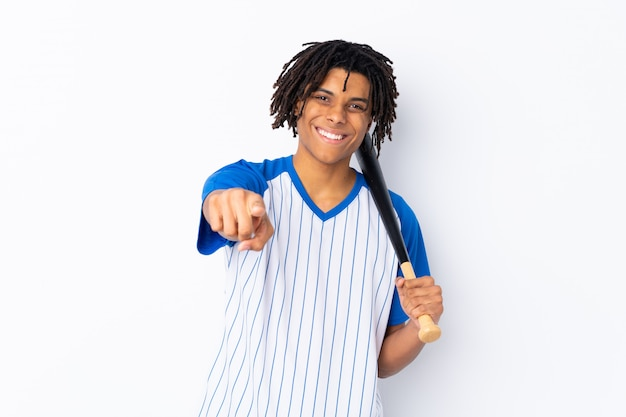 Mężczyzna bawić się baseballa nad odosobnioną ścianą