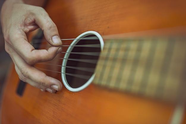 Mężczyzna bawić się gitarę akustyczną outdoors
