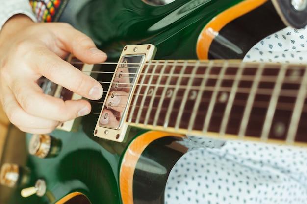 Mężczyzna bawić się gitarę elektryczną