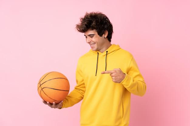 Mężczyzna bawić się koszykówkę nad odosobnioną ścianą