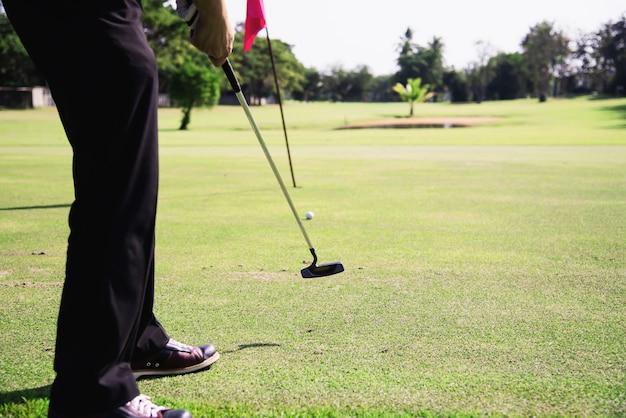 Mężczyzna bawić się plenerową golfową sport aktywność - ludzie w golfa sporta pojęciu