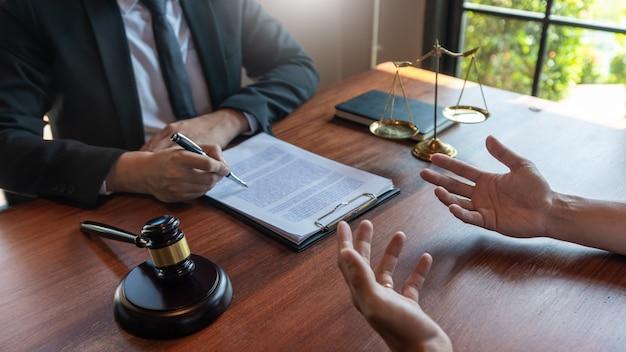 Mężczyzna będący notariuszem prawnikiem lub sędzią konsultuje lub omawia dokumenty kontraktowe