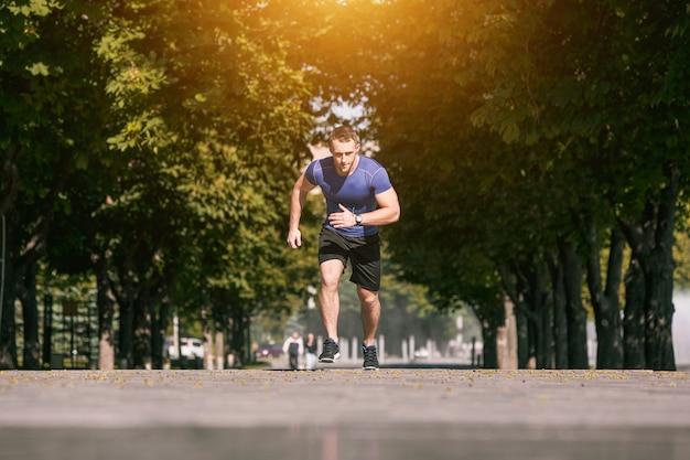 Mężczyzna bieg w parku przy rankiem. pojęcie zdrowego stylu życia