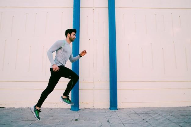 Mężczyzna biega blisko ściany
