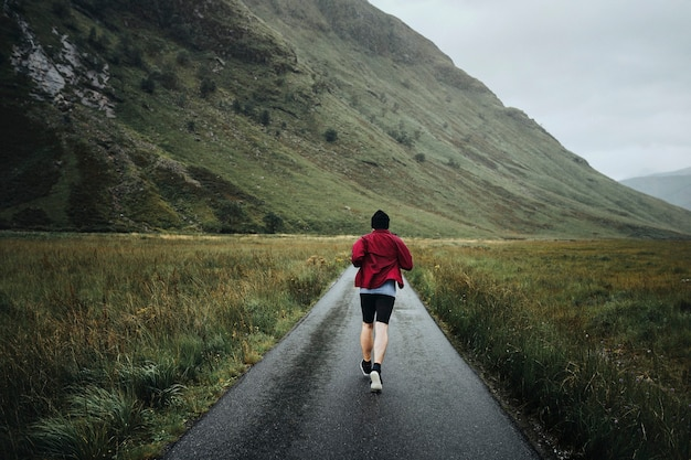 Mężczyzna biegający przez highlands
