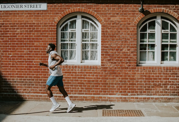 Mężczyzna biegania po mieście