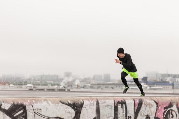 Mężczyzna biegnie na dachu