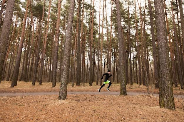Mężczyzna biegnie w lesie