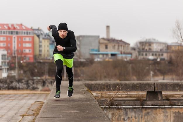 Mężczyzna biegnie w mieście