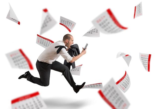 Mężczyzna biegnie z krzykiem w tle arkuszy kalendarza