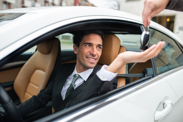 Mężczyzna bierze kluczyki do samochodu po serwisie