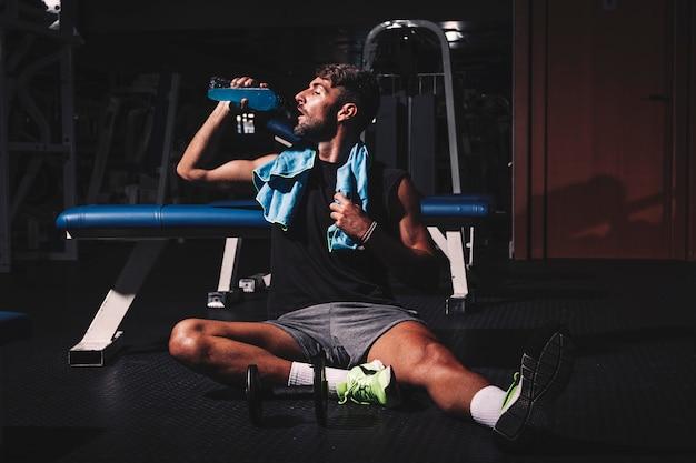 Mężczyzna bierze przerwę w gym