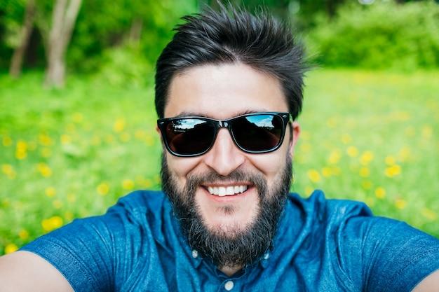 Mężczyzna bierze selfie w lesie