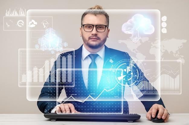 Mężczyzna biznesmen pracuje na laptopie w biurze, technologia biznesowa