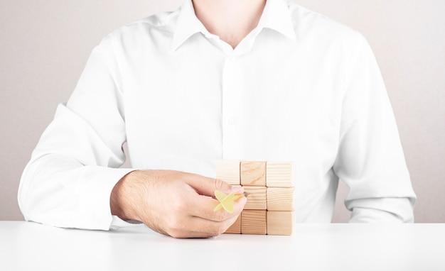 Mężczyzna biznesmen uderza w cel rzutkami. koncepcja aspiracji kości z młodymi