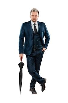 Mężczyzna biznesmen w garniturze w pełni wzrostu z parasolem z laską