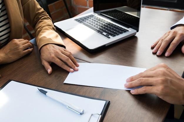 Mężczyzna biznesowych dając list rezygnacji do menedżera zasobów ludzkich