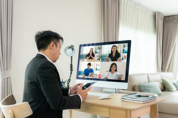 Mężczyzna biznesu rasy mieszanej rozmawia z kolegami o planie podczas wideokonferencji.