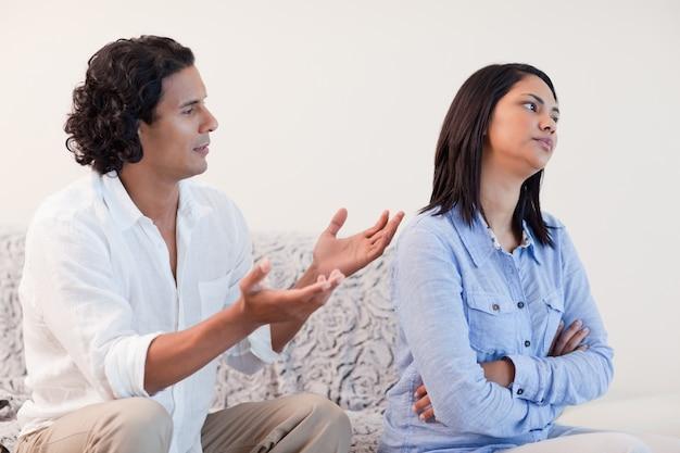 Mężczyzna błaga swoją dziewczynę o wybaczenie