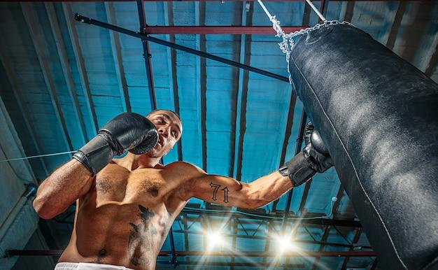 Mężczyzna bokser ćwiczy