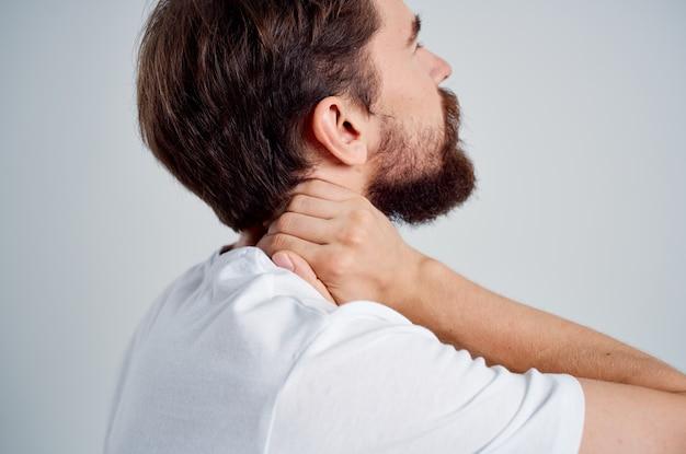 Mężczyzna ból szyi problemy zdrowotne masaż terapii na białym tle