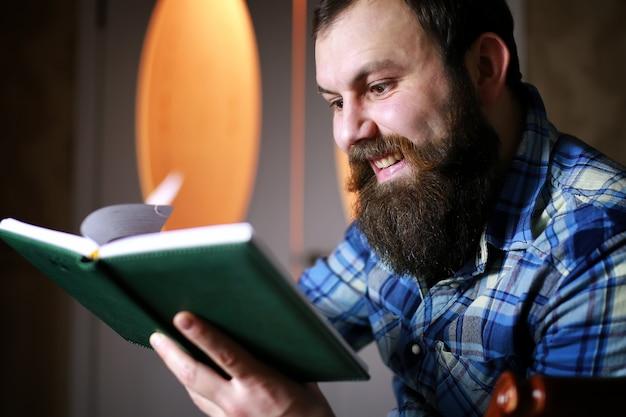 Mężczyzna brodaty czyta książkę
