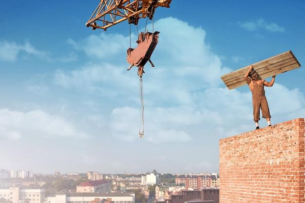 Mężczyzna budowniczy na budowie