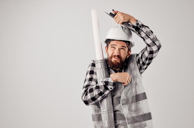 Mężczyzna budowniczy prace budowlane zawód projektowy na białym tle