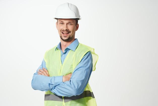 Mężczyzna budowniczy profesjonalne robocze jednolite jasne tło. zdjęcie wysokiej jakości