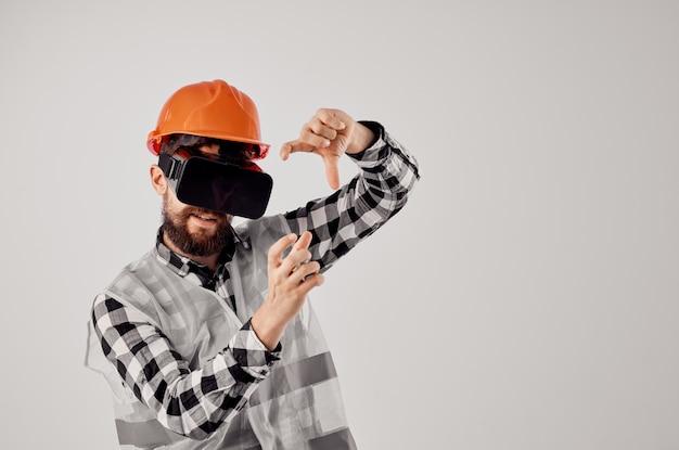 Mężczyzna budowniczy technika prac budowlanych projekt jasnym tle. zdjęcie wysokiej jakości