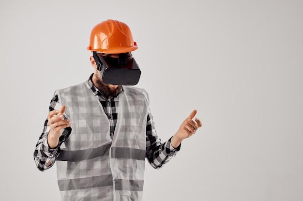 Mężczyzna budowniczy technika prac budowlanych projekt na białym tle. zdjęcie wysokiej jakości