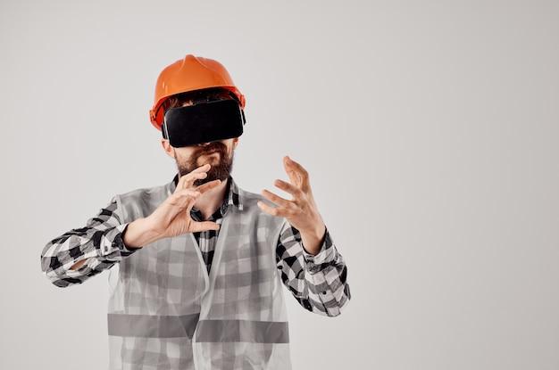 Mężczyzna budowniczy w profesjonalnym pomarańczowym hełmie technologii na białym tle