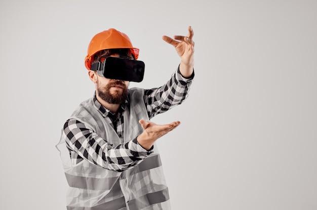 Mężczyzna budowniczy w wirtualnej rzeczywistości okulary innowacji jasnym tle. zdjęcie wysokiej jakości