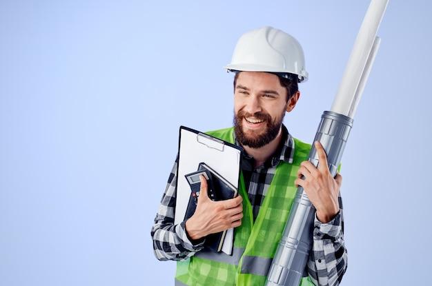 Mężczyzna budowniczy z dokumentami i rysunkami projektuje przemysł studyjny