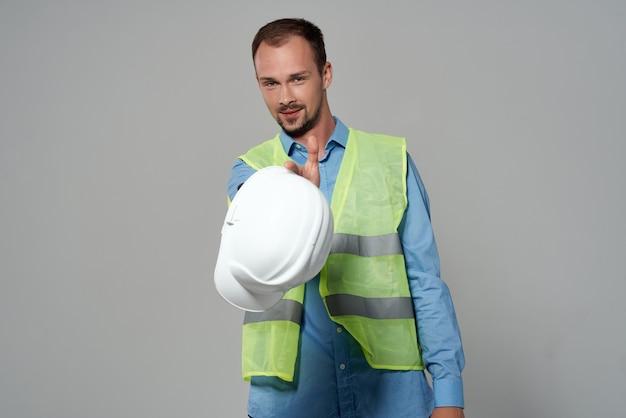 Mężczyzna budowniczych ochrony zawodu pracy na białym tle
