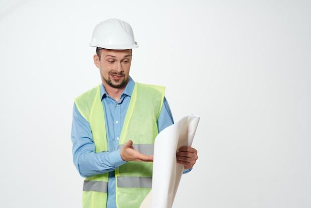 Mężczyzna budowniczych plany budowniczy na białym tle. zdjęcie wysokiej jakości