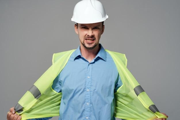 Mężczyzna budowniczych plany budowniczy na białym tle