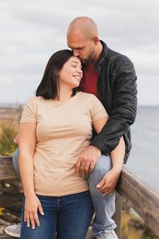 Mężczyzna całuje dziewczynę