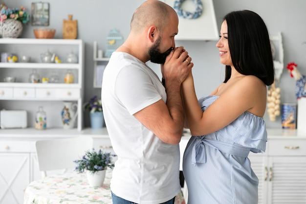 Mężczyzna całuje jego żony ręki