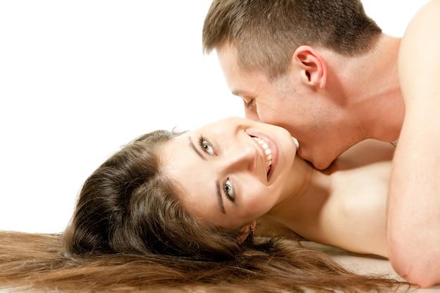 Mężczyzna całuje kobietę w szyję