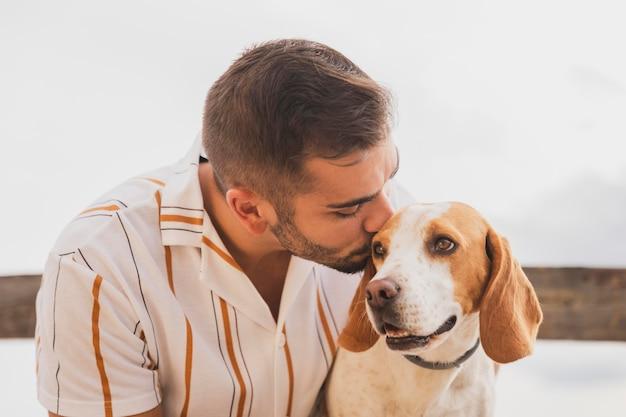 Mężczyzna całuje psa
